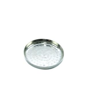 Metallist küünlaalus hõbedase läikega.